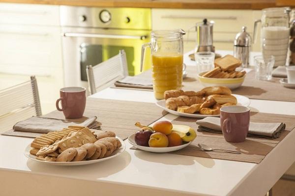 petit déjeuner servi en chambre d'hôtes